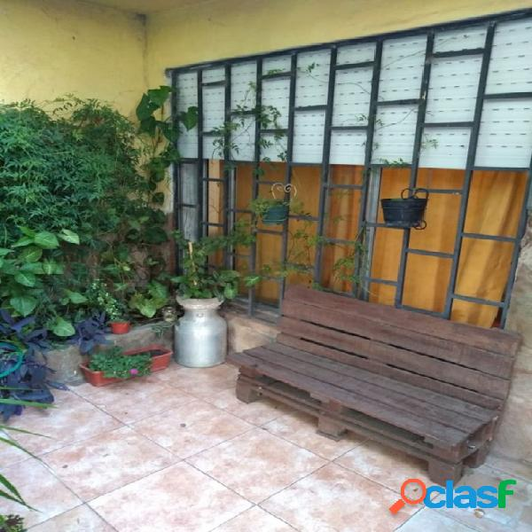 Vendo casa 3 dorm. cocheras. patio. todo servicio