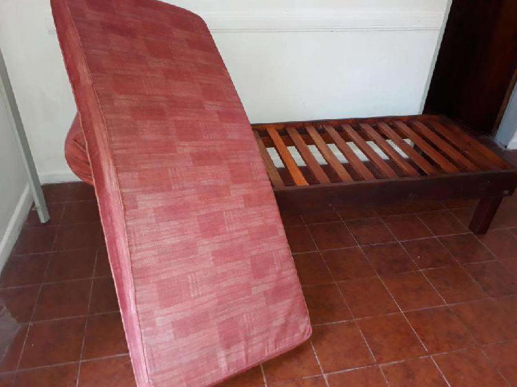 Diván realizado en madera, parte superior de pana: