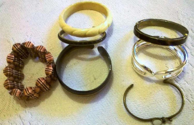 7 pulseras (metal, madera, bronce y plástico)