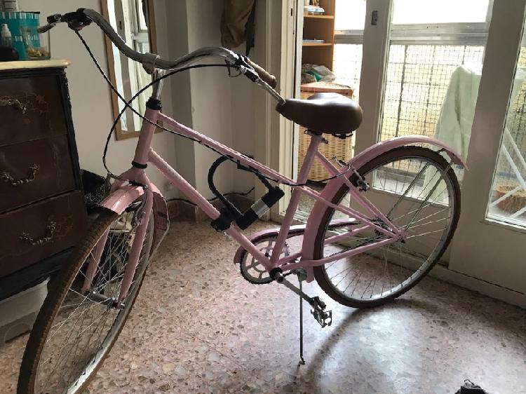 Bicicleta rosa urbana