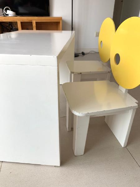 Mini escritorio mesa y dos sillas niños