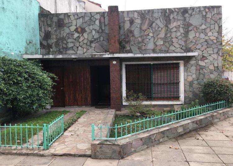 Casa lote propio 3 ambientes sup 120 m2 con entrada de auto