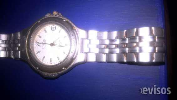Reloj estilo citizen titanium ecodrive funcionando en