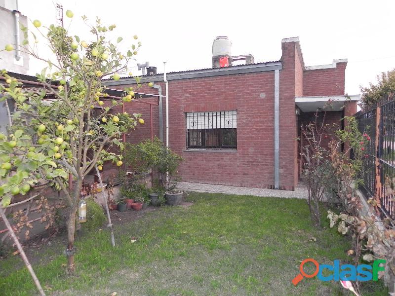 Dueños vende Casa con Departamento a la calle.