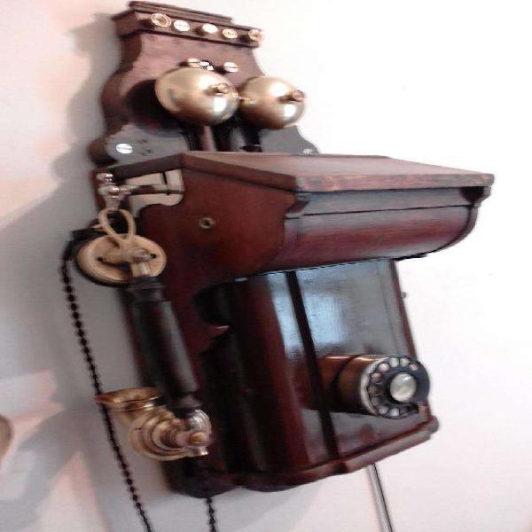 Antiguo teléfono de pared ericsson