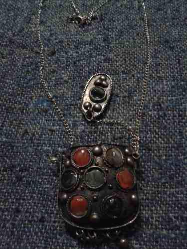 Antiguo collar retro de la india con colgante piedras