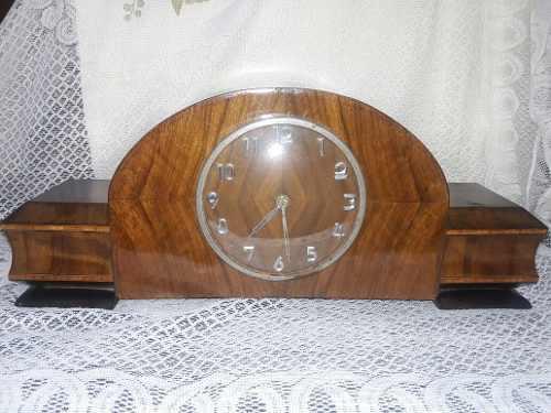 Antiguo reloj con caja de madera funcionando
