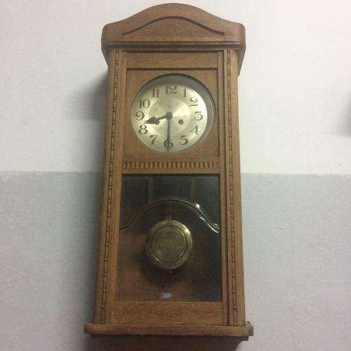Antiguo reloj de pared aleman caja de roble llave y pendulo