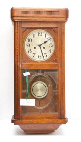 Antiguo reloj de pared de madera de roble