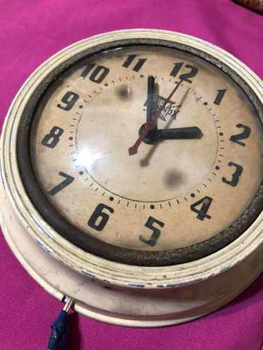 Antiguo reloj de pared eléctrico vintage funcionando