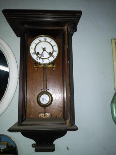 Antiguo reloj de pedulo con soneria madera le falta la puer