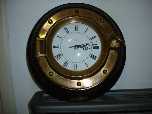 Antiguo reloj ojo de buey de bronce y madera barco