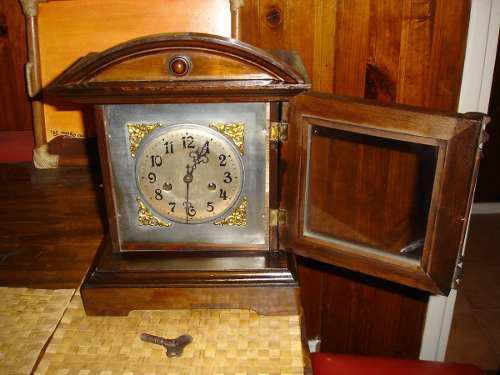 Reloj de madera antiguo de mesa medio carrillon