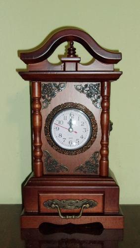Reloj de mesa, estilo catedral antiguo, con cajón. de
