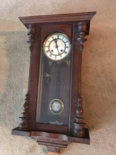 Reloj de pared a péndulo y cuerda antiguo
