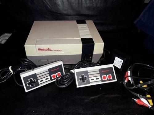 Nintendo nes original con sus cables y dos controles