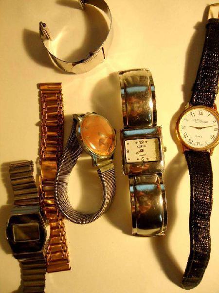 Relojes antiguos y mallas solas.