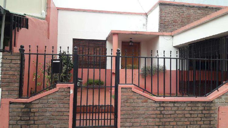 DUEÑO VENDE CASA, zona Ayacucho y Almafuerte. Sin