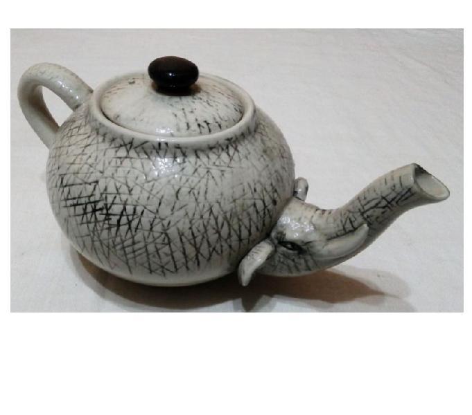 Antigua tetera porcelana pico de elefante