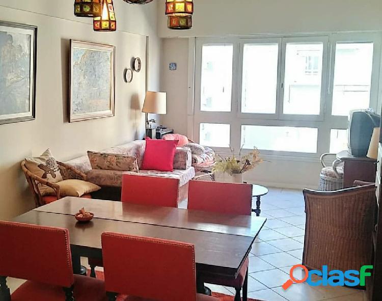 3 ambientes a la calle con balcón saliente y dependencia de servicio sobre av. colon. plaza colon