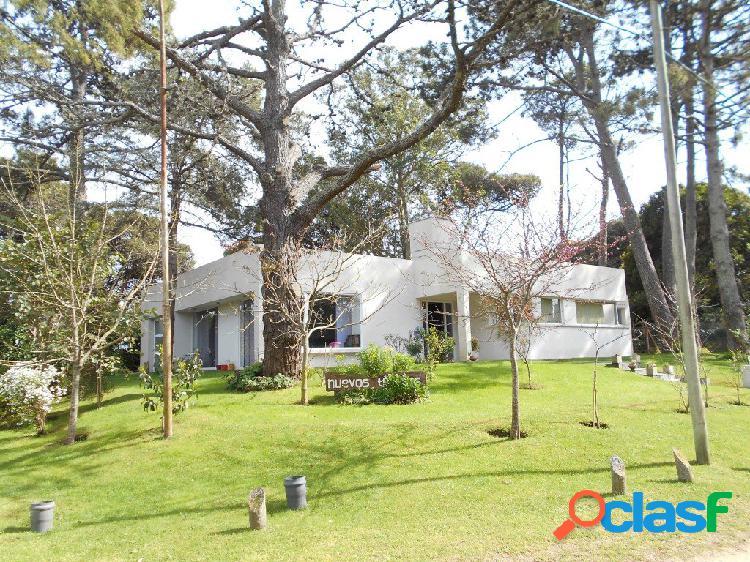 Alquiler por temporada: casa minimalista, de 3 dorm, 2 baños completos, quincho garage.