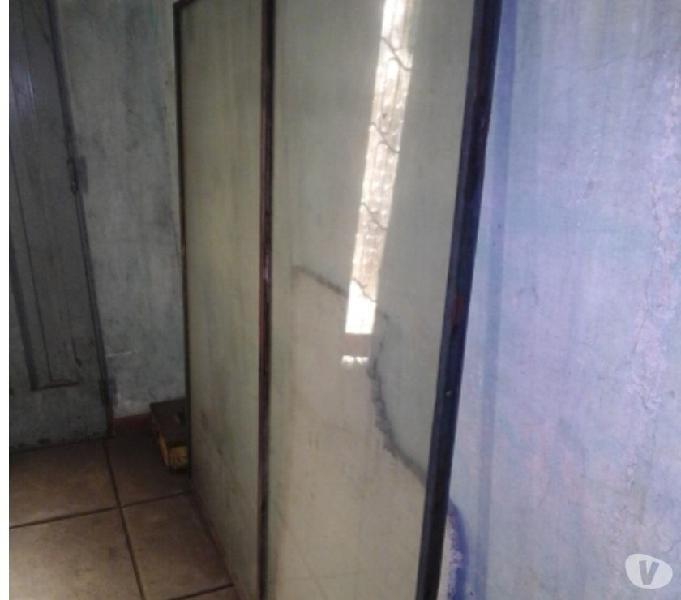 Puerta de hierro con vidrios y llave