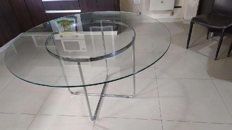 Mesa de vidrio con base cromada