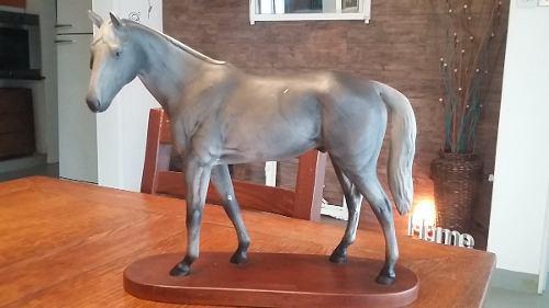 Adorno caballo en porcelana base madera. antiguo