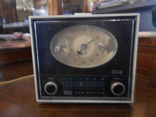 Antigua radio reloj rca victor funciona radio am