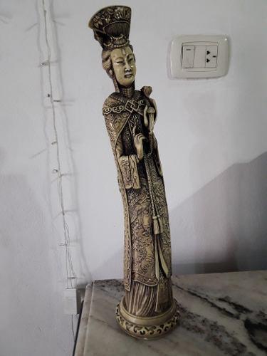 Escultura antigua de mujer china.