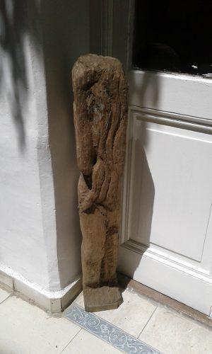Escultura de madera sin terminar. ideal para ejercicio arte