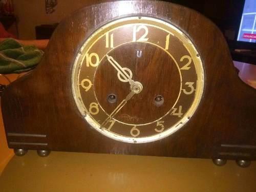Reloj de madera antiguo con carrillon