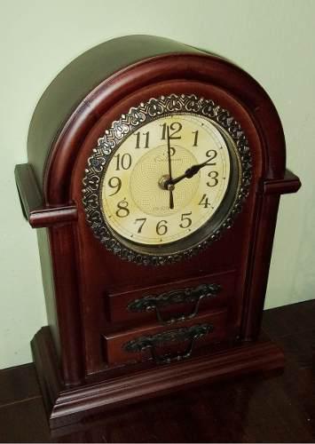 Reloj de mesa, estilo antiguo, dos cajónes. de madera