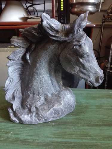 Antigua escultura en piedra firmada de cabeza de caballo.