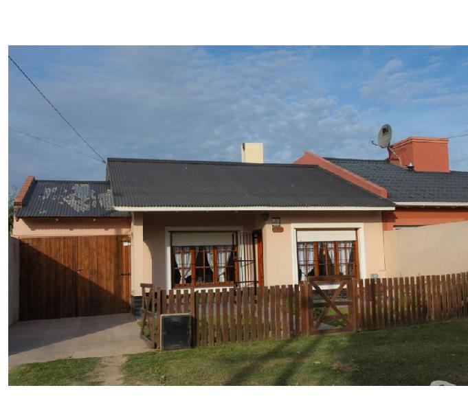 Casa a doce cuadras del mar con patio. código 573