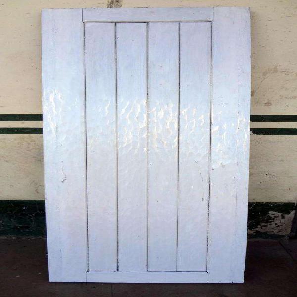 Antigua puerta de entrada en cedro hachada..muy buen estado