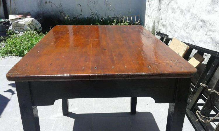 Mesa de madera barnizada