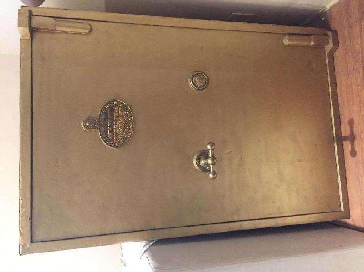 Caja fuerte antigua de fierro, con escudo nacional, en