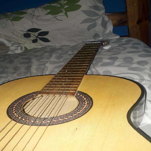 Guitarra criolla en buen estado