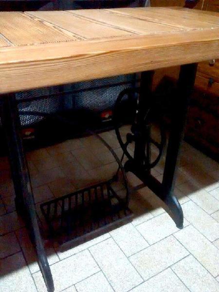 Mesa con pie de maquina