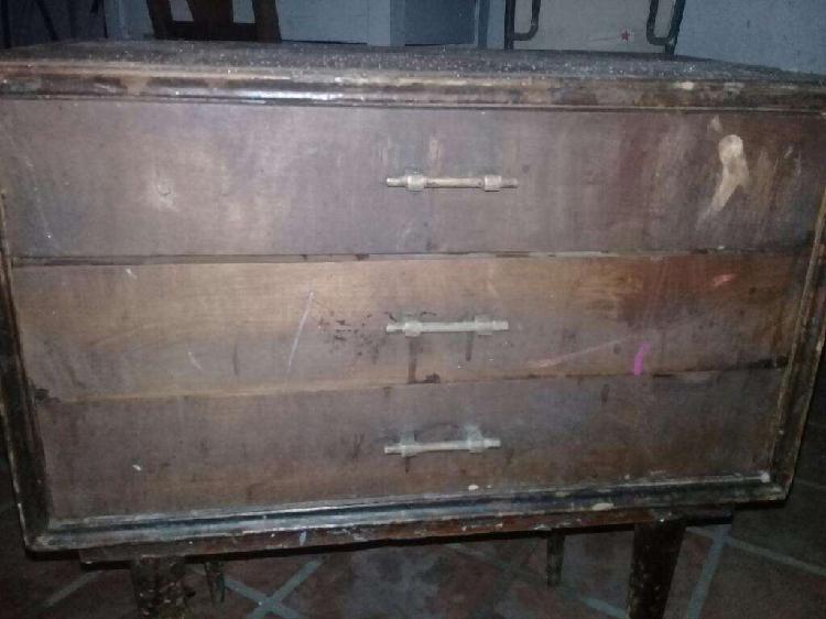 Mesa de luz antigua a barnizarla