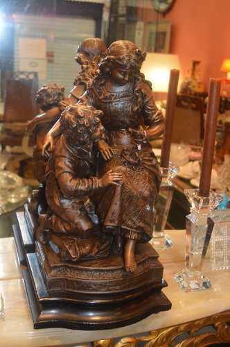 Antiguo petit bronce antiguo mujer, niño y paloma.