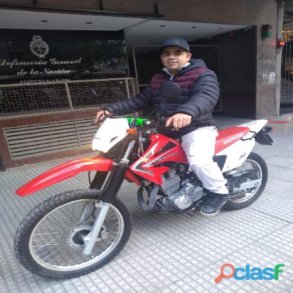 Ofrecido empleado textil o cadete motociclista