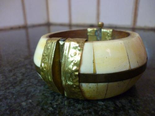 Antigua pulsera de material noble ox-bone y bronce