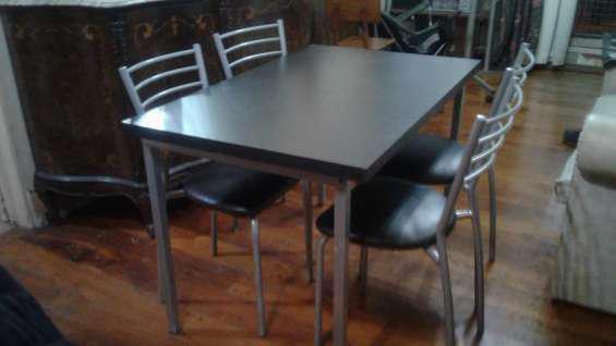 Juego de mesa y 4 sillas en La Boca