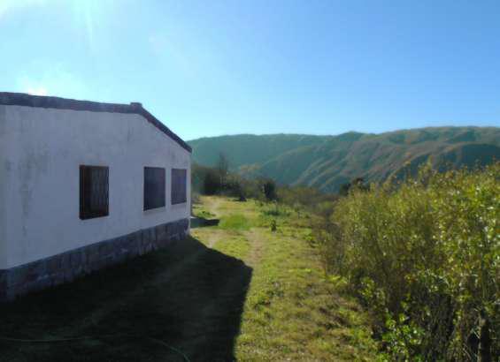 Casa en las montañas de la precordillera de los andes