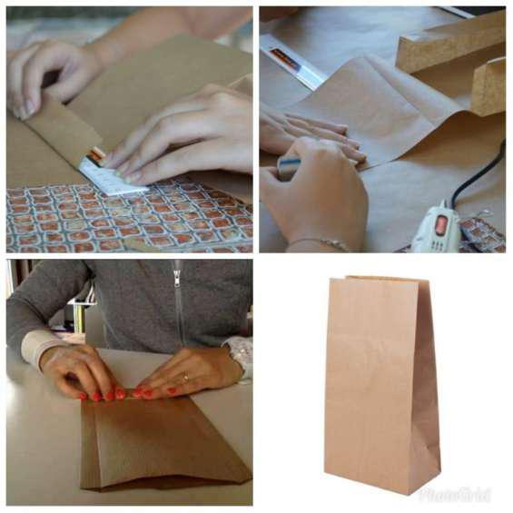 Trabajo desde casa armado de bolsas de papel en moreno