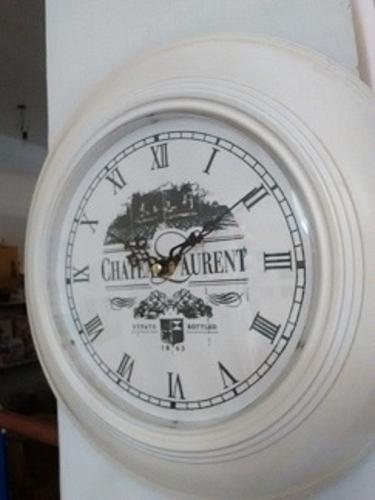 Reloj de pared estilo antiguo con marco metalico