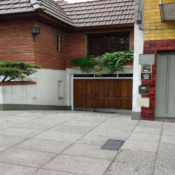 Flores, chalet 4 amb. 400 m2. 3 baños, garage triple. en