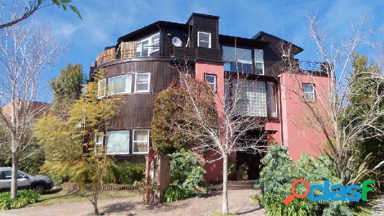 Casa en barrio privado con lindisimo diseño y amplio jardín.